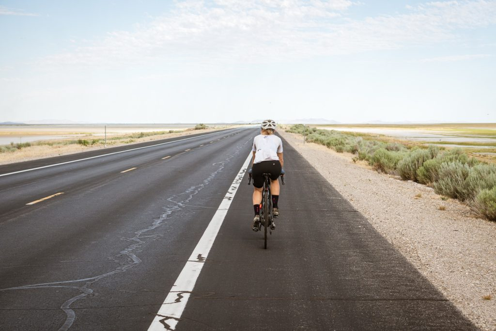 femme cycliste fait un sport intensif après 50 ans